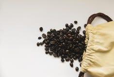 Granos de café y bolso de arpillera Imagen de archivo