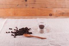 Granos de café y café instantáneo en taza Foto de archivo libre de regalías