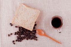 Granos de café y café instantáneo en taza Imágenes de archivo libres de regalías
