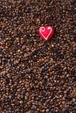 Granos de café y corazón del mazapán Foto de archivo libre de regalías