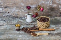 Granos de café y de madera Fotografía de archivo