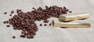 Granos de café y dos barras de chocolate. Fotos de archivo