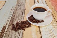 Granos de café y fondo de madera Foto de archivo
