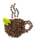 Granos de café y hojas Foto de archivo libre de regalías