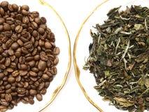 Granos de café y hojas de té fotos de archivo