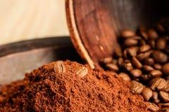 Granos de café y café molidos finamente foto de archivo libre de regalías