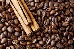 Granos de café y palillos de canela Fotos de archivo