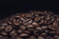 Granos de café y granos de café y pared marrón imagen de archivo libre de regalías
