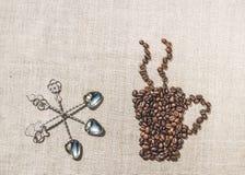 Granos de café y sistema de cucharas del vintage Imagen de archivo libre de regalías
