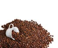 Granos de café y taza de café Fotos de archivo libres de regalías