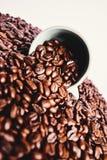 Granos de café y taza de café Foto de archivo libre de regalías