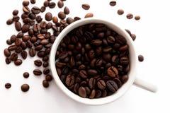 Granos de café y taza de Coffe Foto de archivo libre de regalías