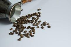 Granos de café y turco de cobre para preparar el café fotografía de archivo