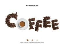 Granos de café con la taza de café en el fondo blanco Fotos de archivo libres de regalías