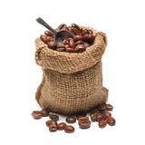 Granos de café en bolso de arpillera Fotos de archivo