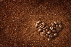 Granos de café en forma de corazón Imágenes de archivo libres de regalías