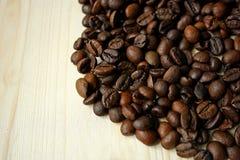 Granos de café en superficie de madera Imagen de archivo libre de regalías