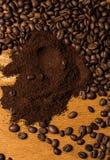 Granos de café sobre superficie de madera Foto de archivo