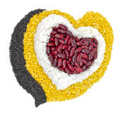 Granos de cereal adentro a habas en forma de corazón, rojas, habas verdes, arroz Imagen de archivo libre de regalías