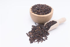 Granos de la baya del arroz en cuchara de madera foto de archivo libre de regalías