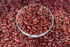 Granos de la haba de Adzuki o de la haba roja en cuenco Imagen de archivo libre de regalías