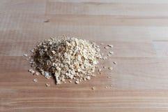 Granos de la harina de avena en el escritorio de madera Luz brillante y natural y sábalo Imagenes de archivo