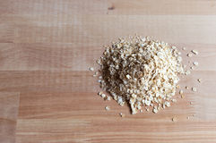 Granos de la harina de avena en el escritorio de madera Opinión de la parte superior L brillante y natural Imagen de archivo