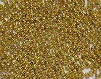 Granos de la joyería del oro de derramarse Fotografía de archivo libre de regalías