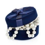 Granos de la perla en el ataúd levemente abierto Foto de archivo libre de regalías