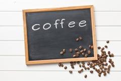 Granos de la pizarra y de café Fotos de archivo libres de regalías