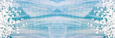 Granos de la sal del mar en el fondo azul del vintage , primer, espacio libre para su texto Fotos de archivo