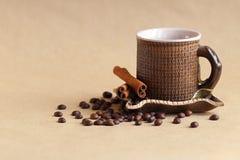 Granos de la taza y de café en la tabla fotos de archivo libres de regalías