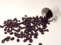 Granos de la taza y de café fotografía de archivo libre de regalías