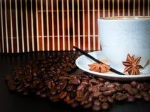 Granos de la taza y del coffe Imagenes de archivo