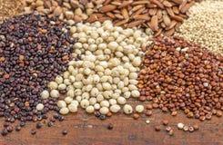 Granos de la zahína y de la quinoa Imagenes de archivo