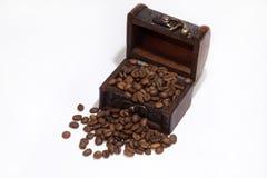 Granos de madera del pecho y de café Foto de archivo
