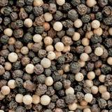 Granos de pimienta blancos y negros Fotografía de archivo libre de regalías