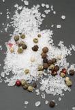 Granos de pimienta con la sal Imagen de archivo