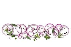 Granos de pimienta e hierbas de las cebollas rojas del fondo de la comida sobre blanco Imagenes de archivo