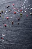 Granos de pimienta y sal dispersados en pizarra Foto de archivo