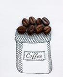 Granos del café en bolso exhausto en un fondo blanco Fotografía de archivo