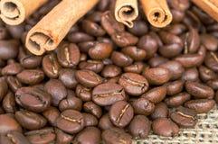 Granos del café en un flojo foto de archivo