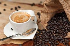 Granos del café express y de café imágenes de archivo libres de regalías