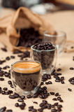 Granos del café express y de café fotografía de archivo libre de regalías