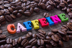 Granos del cafeína y de café de la palabra fotografía de archivo