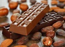 Granos del chocolate y de cacao imagen de archivo libre de regalías