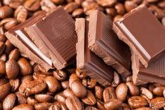 Granos del chocolate y de café fotografía de archivo libre de regalías