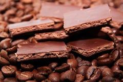 Granos del chocolate y de café Imágenes de archivo libres de regalías