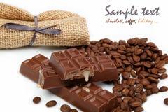 Granos del chocolate y de café en un blanco. Imagen de archivo
