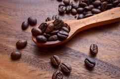 Granos del fondo/de café de los granos de café/granos de café en de madera imágenes de archivo libres de regalías